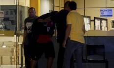 Durante a madrugada suspeito foi transferido da delegacia da Ilha para a Divisão de Homicídios Foto: Domingos Peixoto / Agência O Globo