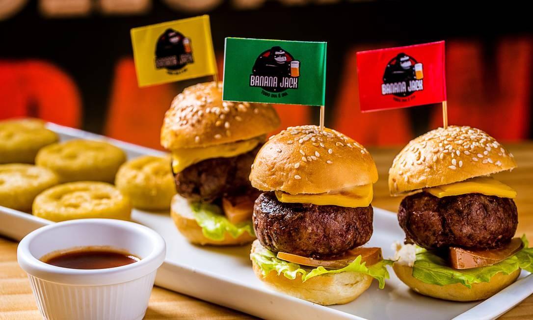 Banana Jack. Jack minicheeseburguer: três mini-hambúrgueres artesanais de carne bovina ou de frango, com queijo americano e batatas sorriso (R$32,90). Rua Jangadeiros 6, Ipanema (2521-9055) Foto: FILICO / Divulgação