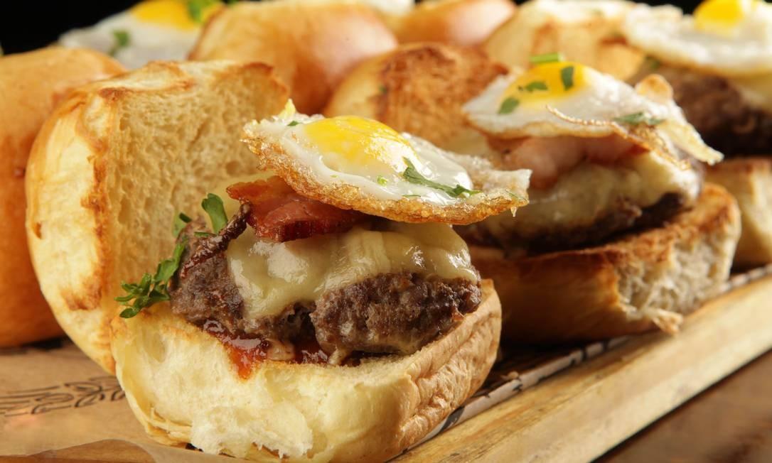 Imortais. A graça do mini egg burguer é o ovo de codorna frito sobre o hambúrguer com queijo bacon e barbecue caseiro (R$34,50, 6 unidades). Ronald de Carvalho 147, Copacabana (3563-8959) Foto: Berg Silva / Divulgação