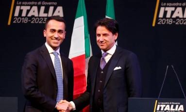 O professor de direito Giuseppe Conte (direita) cumprimenta o líder do Movimento 5 Estrelas, Luigi di Maio Foto: Remo Casilli / REUTERS
