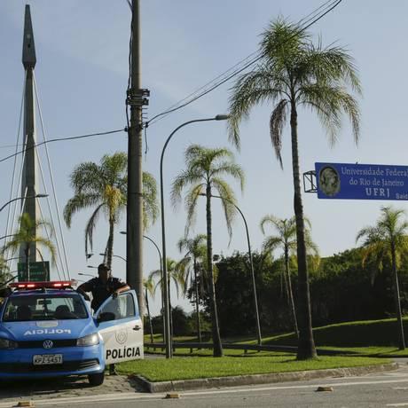 Policiais fazem patrulhamento no campus da UFRJ na Ilha do Fundão Foto: Gabriel de Paiva / Agência O Globo