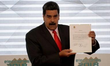 Presidente Maduro segura documento que oficializa sua proclamação como mandatário entre 2019 e 2025 Foto: FEDERICO PARRA / AFP