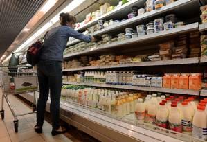 Produtos alimentícios industrializados fazem parte do dia a dia de bilhões de pessoas no mundo Foto: KIRILL KUDRYAVTSEV / AFP