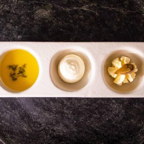 Manteigas artesanais do Ino: de alho confit e limão curado; clarificada em baixa temperatura com aroma de tomilho; e artesanal de leite de búfala e flor de sal Foto: Barbara Lopes