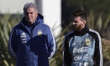 Messi conversa com o assistente técnico Jorge Burruchaga durante treino da seleção brasileira em Buenos Aires Foto: JUAN MABROMATA / AFP