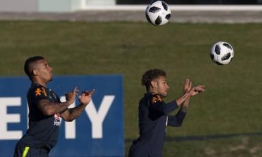 Gabriel Jesus e Neymar treinam com bola na Granja Comary Foto: Alexandre Cassiano / Agência O Globo