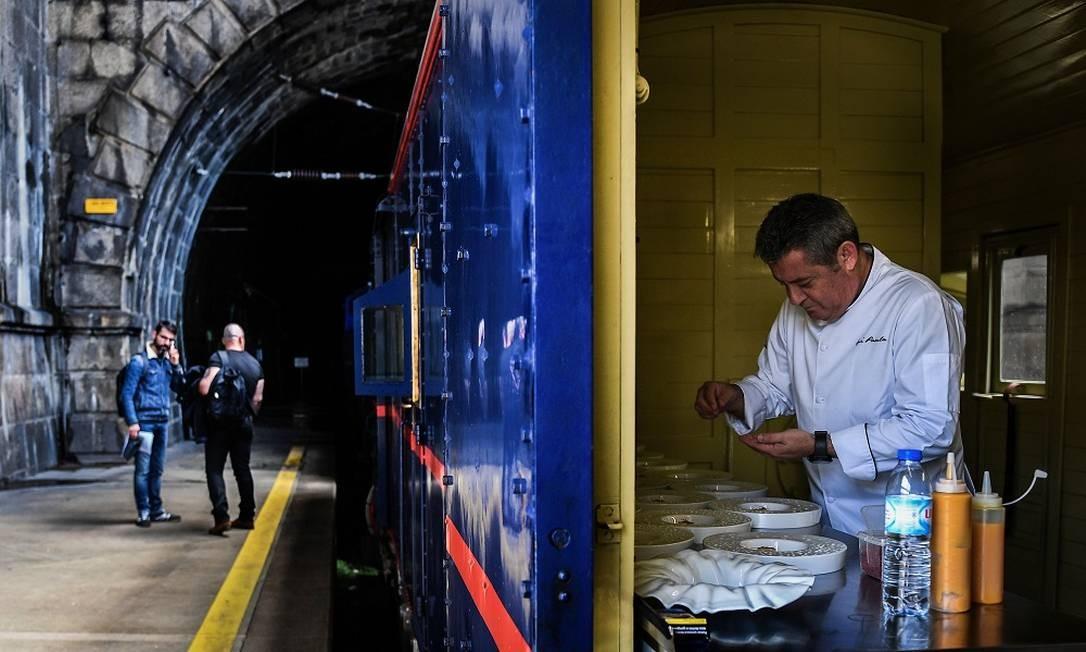 O chef Rui Paula, dono de uma estrela Michelin, prepara a refeição a bordo do Presidential Train na Estação de São Bento, no Porto Foto: Patrícia de Melo Moreira / AFP