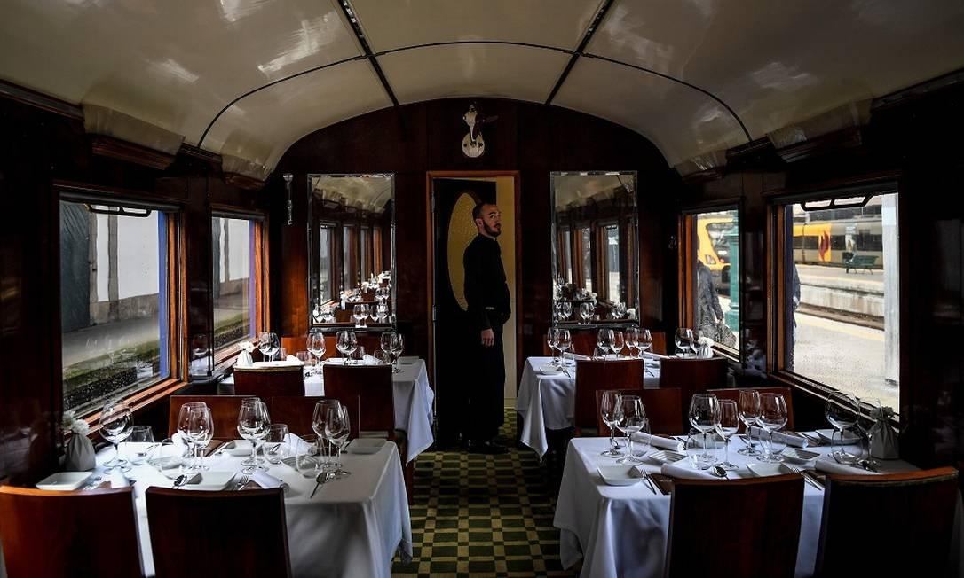 O vagão-restaurante do trem. A experiência gastronômica, que inclui visitas a vinícolas, custa 500 euros por pessoa Foto: PATRICIA DE MELO MOREIRA / AFP
