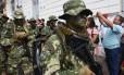Forças especiais do Exército paraguaio desfilam com cobras no pescoço em parada comemorativa dos 207 anos da independência Foto: NORBERTO DUARTE / AFP/15-5/2018