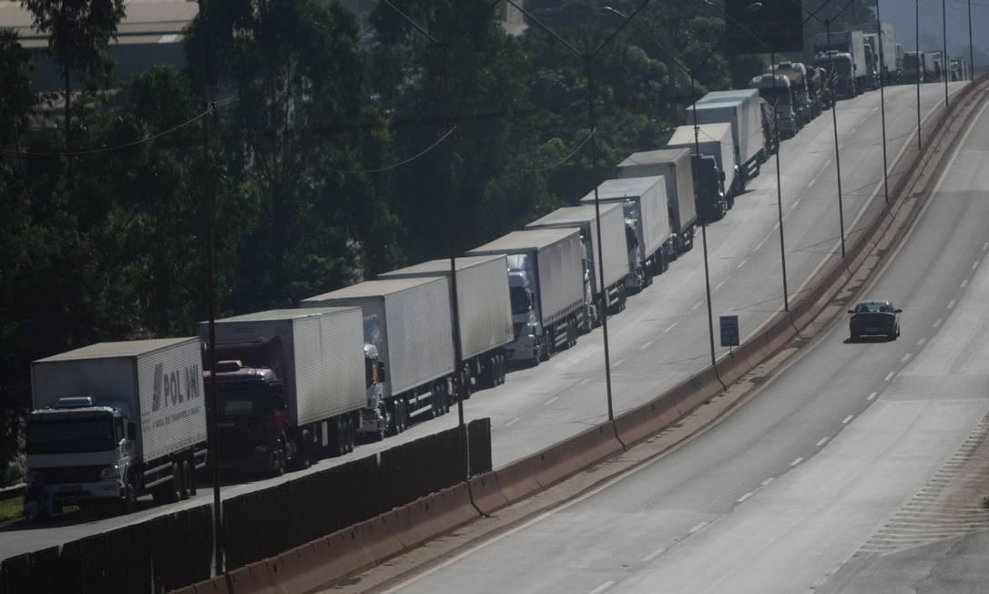 Caminhoneiros continuam parados contra a alta do diesel em protesto na BR-381, em Igarape, região metropolitana de Belo Horizonte MG Foto: Alex de Jesus/O Tempo / Agência O Globo / Agência O Globo