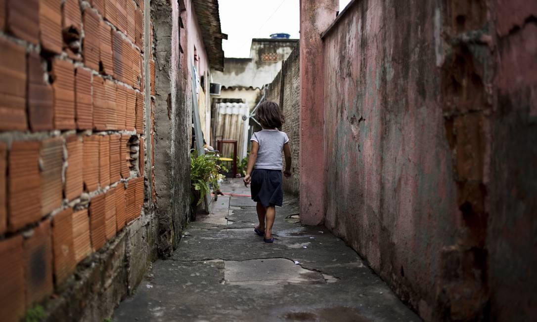 Criança caminha em uma comunidade de baixa renda no Rio: parcela mais vulnerável da população brasileira também é a que mais sofre com políticas de austeridade fiscal Foto: / Paula Giolito/26-9-2012