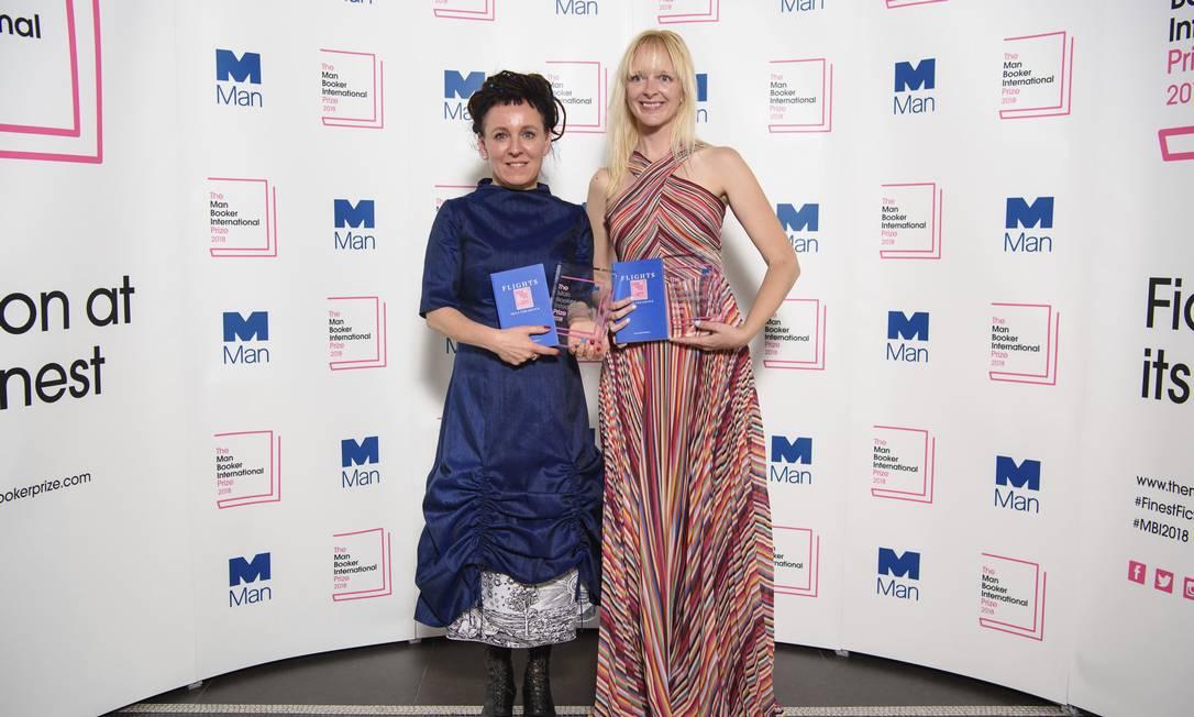 A escritora polonesa Olga Tokarczuk, à esquerda, e sua tradutora para o inglês Jennifer Croft: vencedoras do Man Booker International prize de 2018 Foto: Matt Crossick / AP