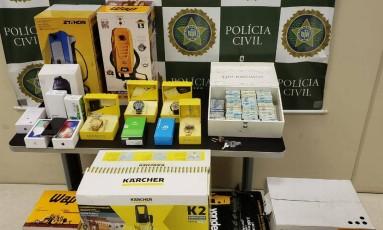 Material apreendido continha celulares, relógios, notas fiscais e dinheiro em espécie Foto: Divulgação/ Polícia Civil