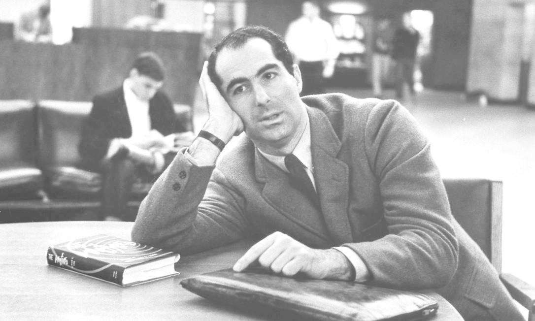 Philip Roth em Princeton, em 1964: escritor passou por anos na lista de cotados ao nobel Foto: Sam Falk / The New York Times