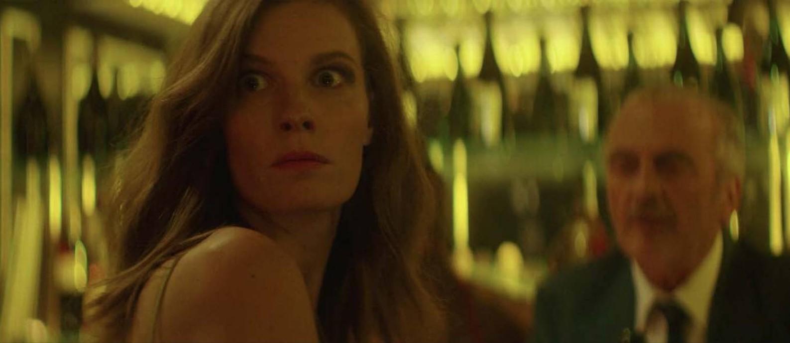 Lindsay Burdge em cena do filme 'Uma Escala em Paris' Foto: Divulgação