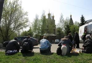Russos sem-teto sentadas diante de igreja em Moscou: grupos de caridade calculam 20 a 30 mil pessoas em situação de rua na capital russa Foto: Bernardo Mello