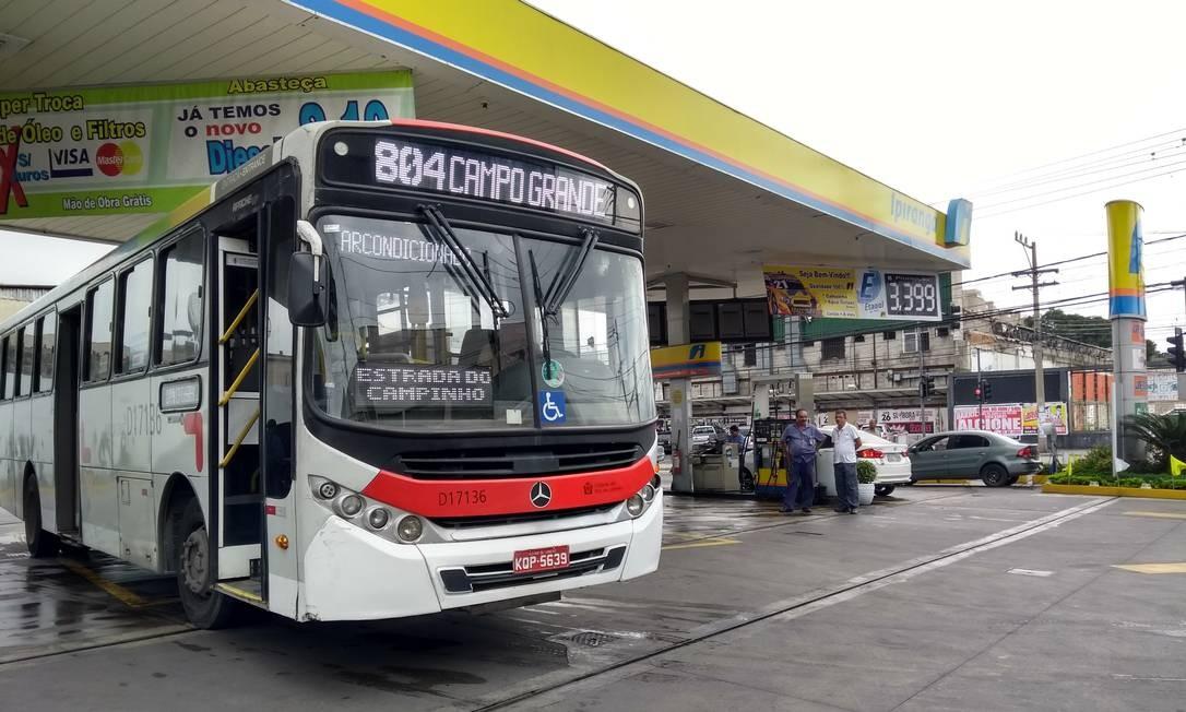 Ônibus abastece em posto em Campo Grande, na Zona Oeste Foto: Gustavo Goulart / Agência O Globo