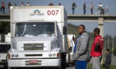 Caminhoneiros fazem protesto com bloqueio parcial na BR-116, perto de Magé. Foto: Mauro Pimentel/AFP Foto: MAURO PIMENTEL / AFP
