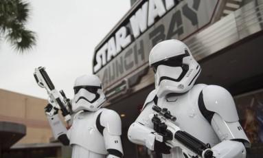 """Stormtroopers em frente à atração """"Star Wars Launch Bay"""", no parque Hollywood Studios, do Walt Disney World, em Orlando Foto: David Roark / Disney Parks / Divulgação"""