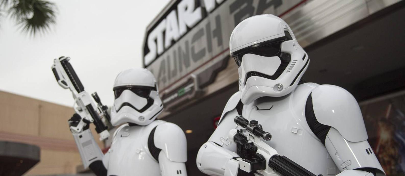 Stormtroopers em frente à atração