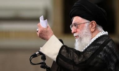 O líder religioso do Irã, aiatolá Ali Khamenei, interveio pessoalmente na controvérsia provocada pelo abandono do acordo nuclear com os Estados Unidos Foto: HO / AFP