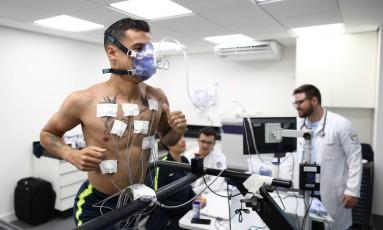 Philippe Coutinho durante exames físicos na Granja Comary Foto: Lucas Figueiredo/CBF