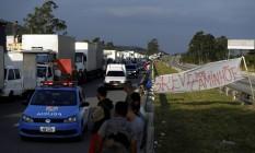 Caminhões interrrompem o trânsito na Dutra, perto de Seropédica Foto: Marcelo Theobald / Agência O Globo