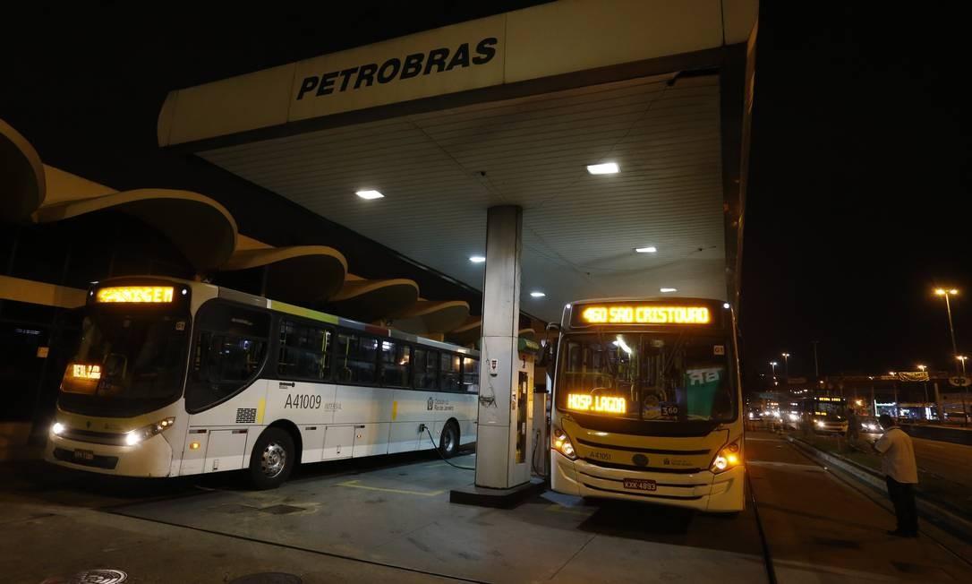 Ônibus abastecem num posto de gasolina em Bonsucesso Foto: Marcelo Theobald / Agência O Globo