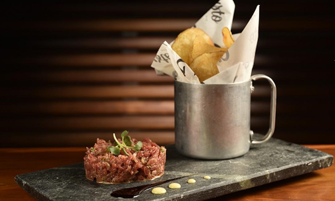 Gusto. Steak tartare (R$36) de filé temperado com patatine fritte e a crocchette (R$26). Rua Dias Ferreira 78, Leblon (2512-6526) Divulgação