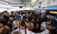 Passageiros se aglomeram para tentar entrar no BRT da Estação Pingo D'água, na Zona Oeste do Rio de Janeiro Foto: Pablo Jacob / Agência O Globo
