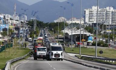 Um grupo com seis caminhões causou engarrafamento na Avenida das Américas, no Recreio dos Bandeirantes, na manhã desta quinta-feira Foto: Pablo Jacob / Agência O Globo