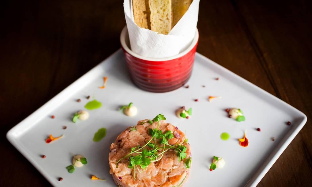 Vintage Wine Bar. Tartar de salmão com limão siciliano, gengibre, pimenta e cebola roxa (R$ 55). Av. das Américas 7841, Barra (2431-0864) Marcio Lessa / Divulgação