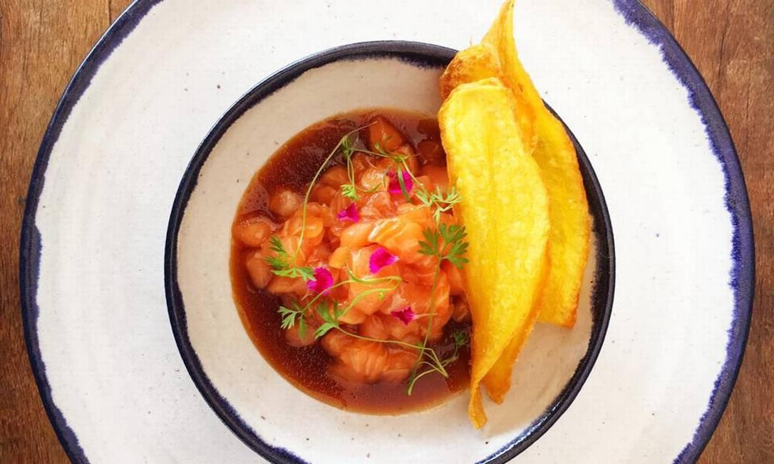 Porto Frescatto. Tartar de salmão (R$ 36) com chips de baroa. Av. Olegário Maciel 366, Barra (2486-4722) Divulgação