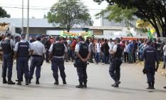 Protesto de motoboys e populares impedem a saída de caminhões com combustíveis, em Brasília Foto: Jorge William / Agência O Globo