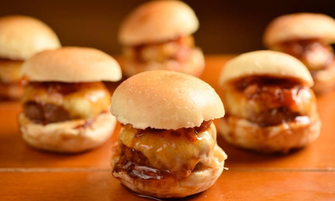 www.brunodelima.com Foto: Serpentina Bar Artesanal. Mini-hambúrgueres com geleia de bacon, barbecue e aioli de alho (R$ 42, com 6). Rua Araguaia 1480, Freguesia (3486-4782) / www.brunodelima.com