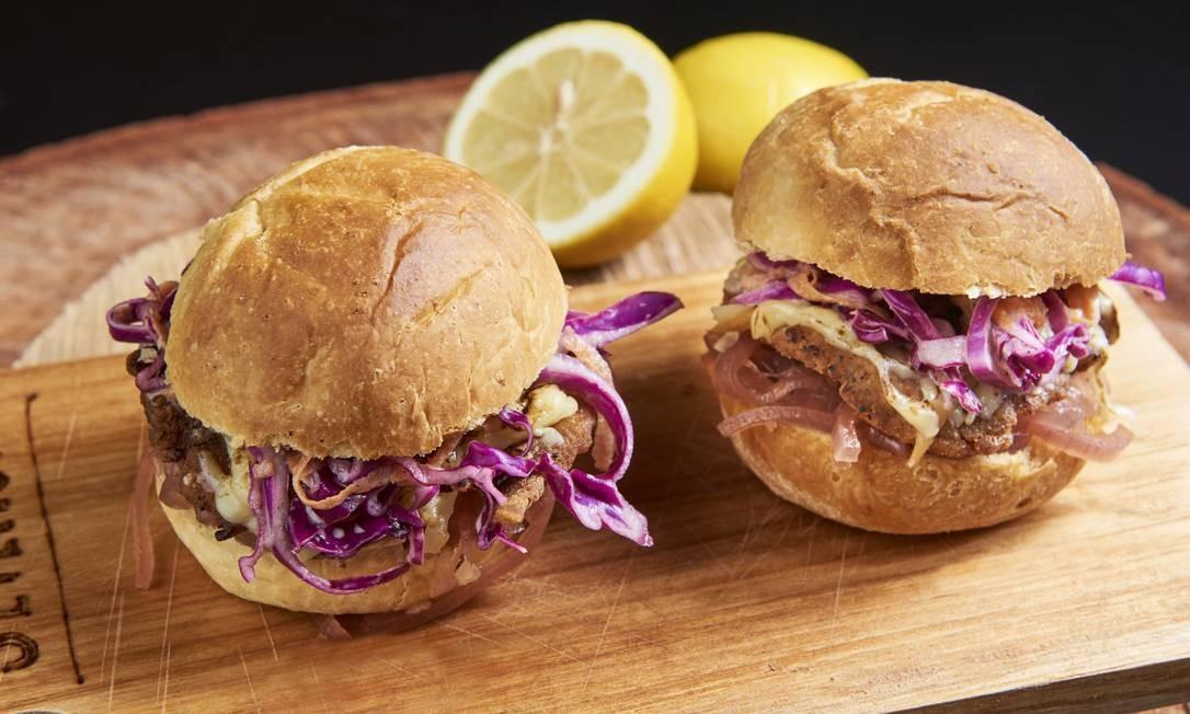 Setehum. Os mini sanduíches são uma releitura de schnitzel: porco empanado, chutney de cebola roxa, provolone, salada de repolho no pão de limão siciliano exclusivo (R$26). Rua Martins Ferreira 71 (3439-5005) Foto: Selmy Yassuda / Divulgação