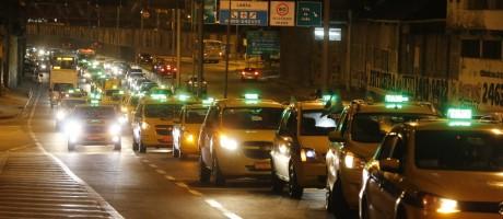 Manifestação e protesto de taxistas na Linha Amarela Foto: Domingos Peixoto / Agência O Globo