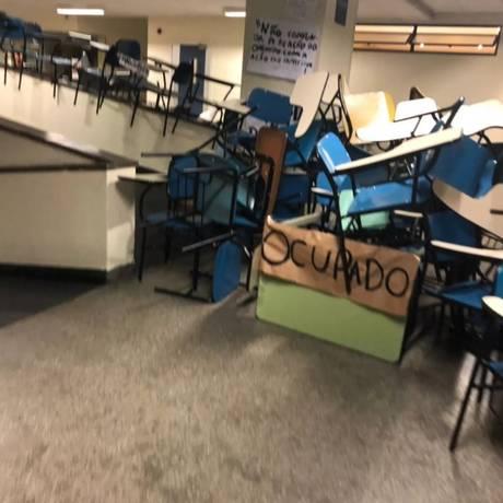Alunos da PUC ocupam prédio para pedir contratação de professora temporária Foto: Reprodução/Facebook