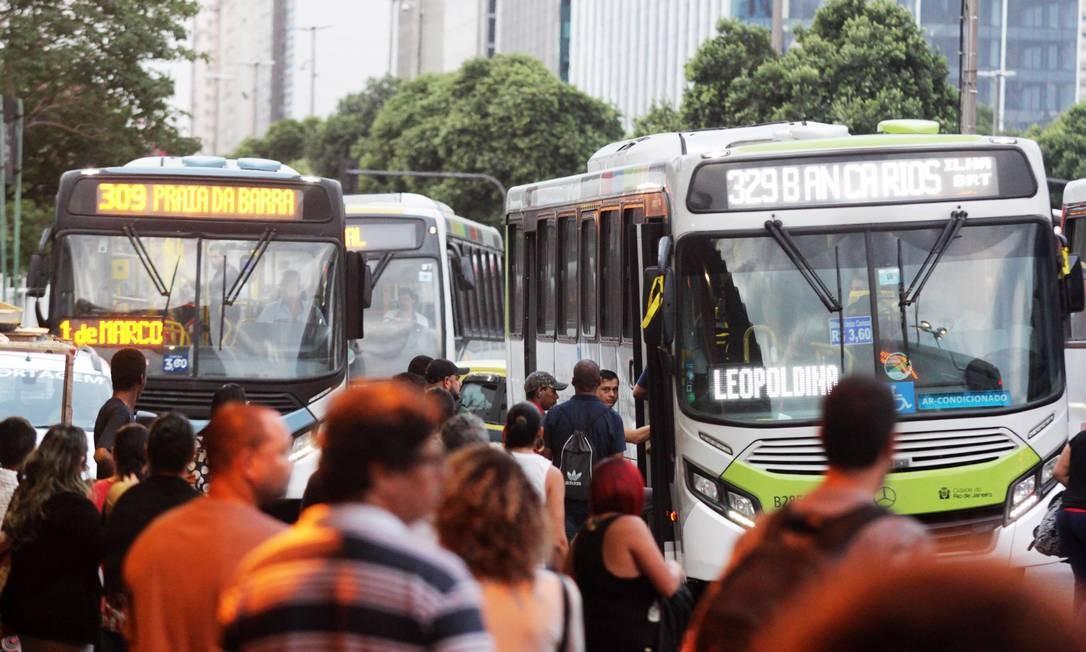 Volta pra casa no terminal de ônibus da Central do Brasil Foto: Paulo Nicolella / O Globo