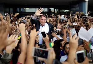 Jair Bolsonaro, pré-candidato a presidente pelo PSL, é recebido por apoiadores no aeroporto de Salvador Foto: Ueslei Marcelino / Reuters