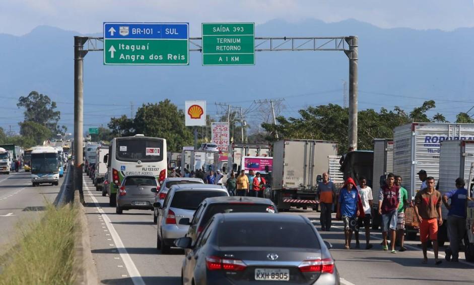 Greve dos Caminhoneiros / Transtornos - Caminhoneiros na Rio-Santos, sentido Itaguaí Foto: Fabiano Rocha / Agência O Globo
