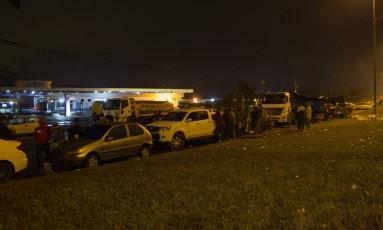 Grupo de caminhoneiros que decidiram continuar com a paralisação. Foto: Ricardo Cassiano / Agência O Globo