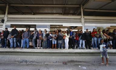 Passageiros se aglomeram nesta quinta-feira para tentar entrar no BRT da Estação Pingo D'água, na Zona Oeste do Rio Foto: Arquivo / 24/05/2018 / Pablo Jacob / Agência O Globo