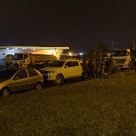 Os caminhoneiros na BR-040, em frente à Reduc Foto: Ricardo Cassiano / Agência O Globo