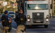 Greve do caminhoneiros; agentes da PRF no pedágio da Ponte Rio-Niterói Foto: Marcelo Regua / Agência O Globo