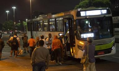 Passageiros ainda enfrentam filas na Central do Brasil Foto: Ricardo Cassiano / Agência O Globo