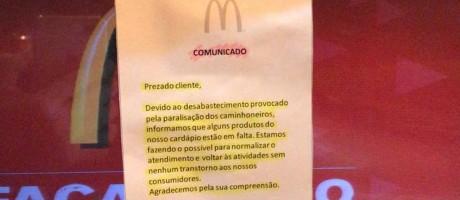 Cartaz informa que faltam produtos para o preparo de sanduiches Foto: Reprodução