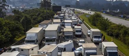 Caminhoneiros bloqueiam a Rodovia dos Imigrantes, em São Paulo, na quinta-feira. Foto: Miguel Schincariol/AFP