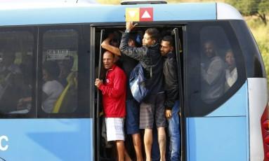 O BRT superlotado nesta sexta-feira com a redução na frota Foto: Pablo Jacob / Agência O Globo