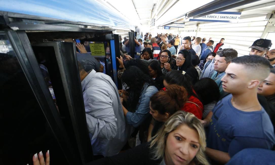 BRT opera com 25% da frota e 40 estações fechadas na tarde desta sexta-feira